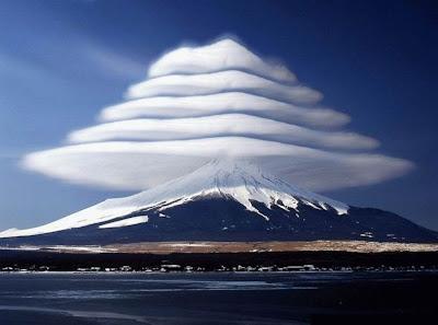奇跡としか思えない富士山の上に出来た雲5段