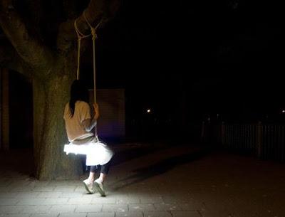 夜に光る神秘的なブランコ