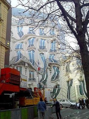 時空が歪んでしまった建物の写真