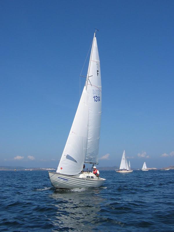 bild: Folkbåt med Åstol i bakgrunden