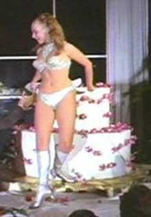 http://lh5.google.com/image/intercaffe/RhZAoTtFJxI/AAAAAAAAAH0/tUsSx4MUmE0/s800/devojka-torta.jpg