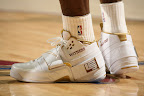 lbj soldier wht gld 5 LeBrons 2007 Playoffs Sneakers   Zoom Soldier PEs