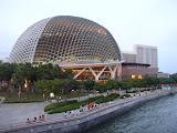 Esse é o Esplanade, a versão local do Sydney Opera House; sua arquitetura é 100% inspirada na fruta-herói local, o Durian