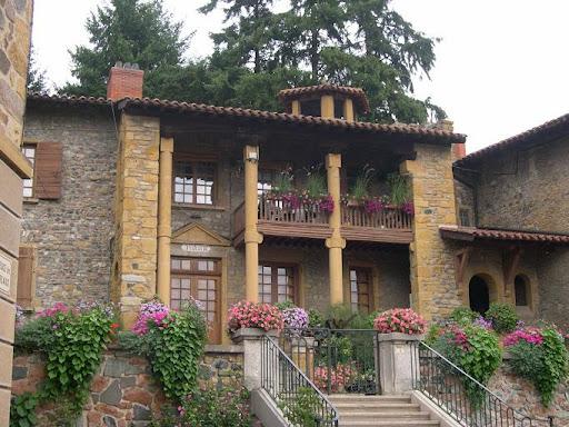 Maison en pierre dorée du village de Bully