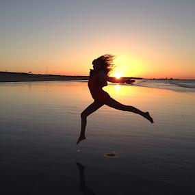 bailando by Ruy Lopes - Landscapes Sunsets & Sunrises ( praia, margarida, salto, pôr do sol,  )