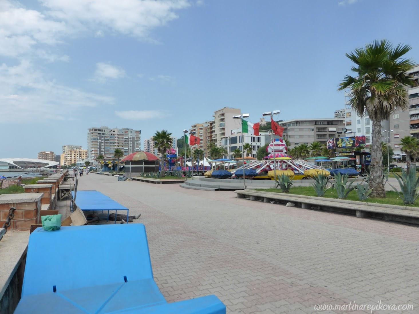 Plážová promenáda v Durres, Albánsko