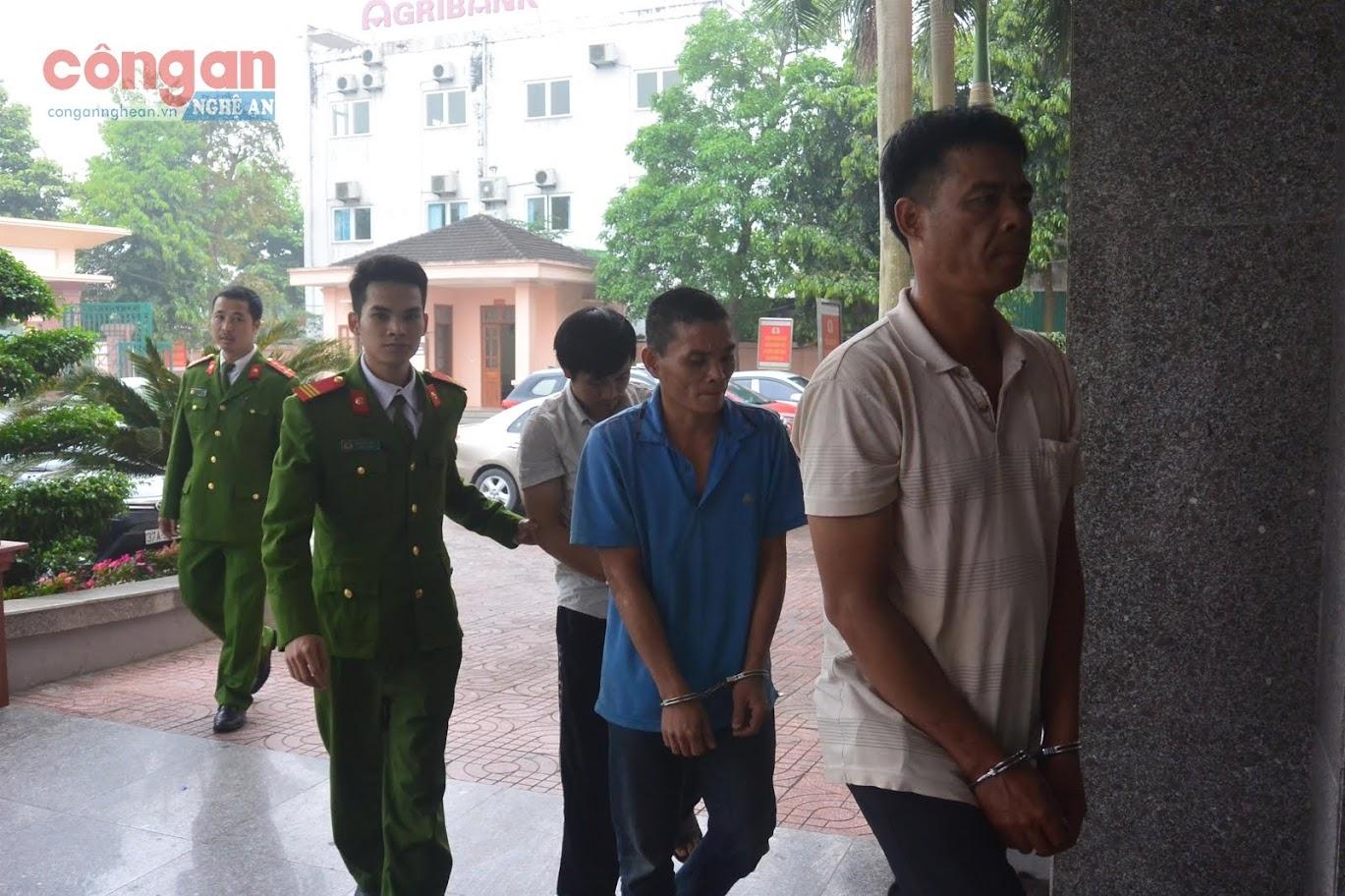 Cán bộ truy nã Phòng Cảnh sát Hình sự dẫn giải  các đối tượng lẩn trốn ở phía Nam về quy án