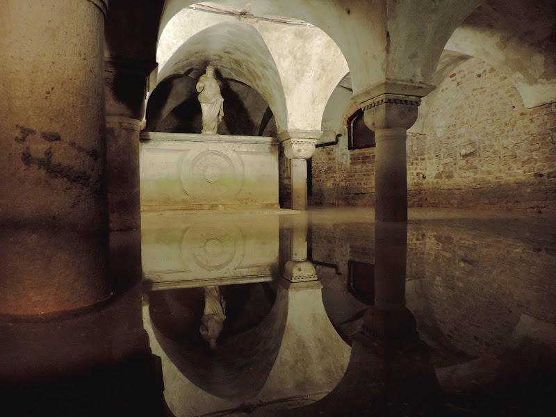 Uno specchio d'acqua nella cripta di renzo brazzolotto