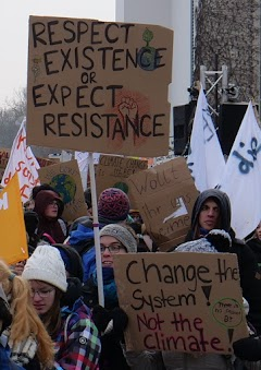 Jugendliche mit Plakaten: «Respect existence or expect resistance», «Change the system, not the climate!» und «Wollt ihr uns leimen?».