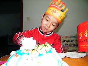 Photo: baby son, warrenzh, 朱楚甲 sliced his cake.