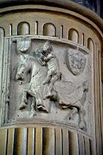 Photo: Targa di anonimo del XV sec. raffigurante un cavaliere orante. In alto due stemmi della famiglia Alfieri