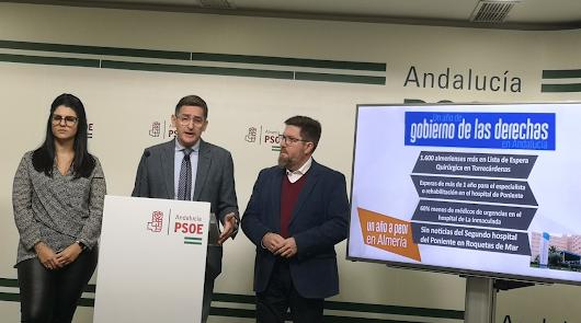 Sánchez Teruel, en el centro, junto a los parlamentarios andaluces Noemí Cruz y Rodrigo Sánchez.