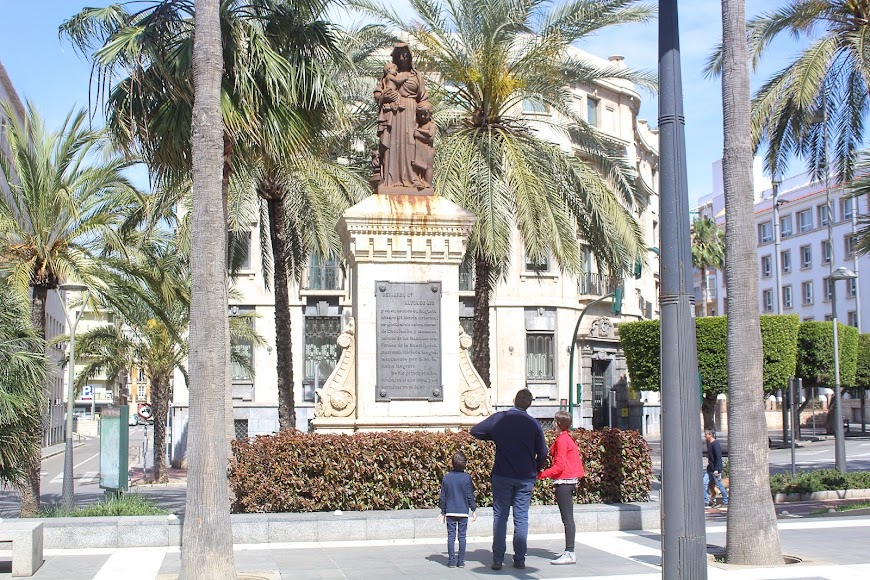 Explicando los monumentos de la ciudad a sus hijos.