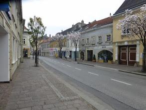 Photo: Die Hauptstrasse trägt ein frühlinghaftes Kleid, es hat aber nur 10 Grad.