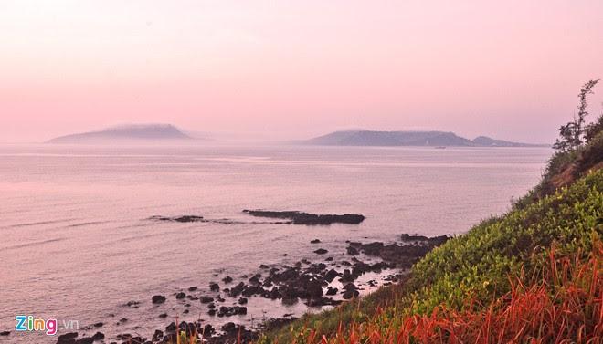 Đảo Lớn, huyện đảo Lý Sơn, lãng đãng trong sương mù, lẩn khuất giữa mặt biển nhuộm hồng buổi ban mai.