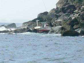 Photo: な、何と 乗り上げているではないか! うわー!大変だー! 海のもしもは「118番」 急いで連絡! 船長さんは岩場に上がって無事みたいだが・・・。