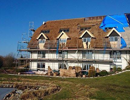 Rusztowanie i wymiana trzciny na dachu