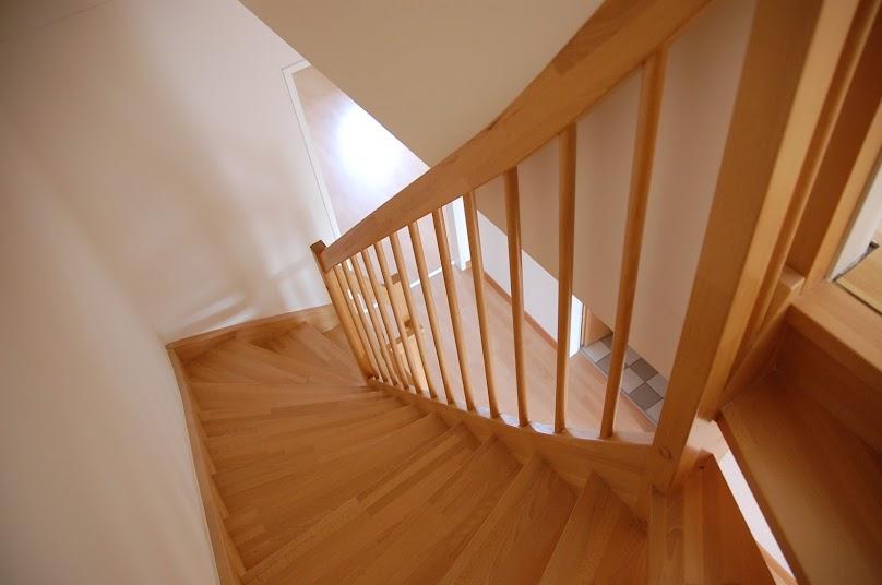 Schody drewniane idealnie sprawdzają się w niewielkich domach