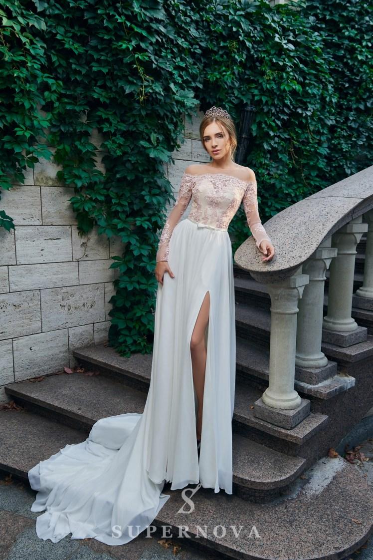 Прямое вечернее платье с разрезом
