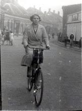 Photo: 1935 Mijn moeder met de fiets op Dreef