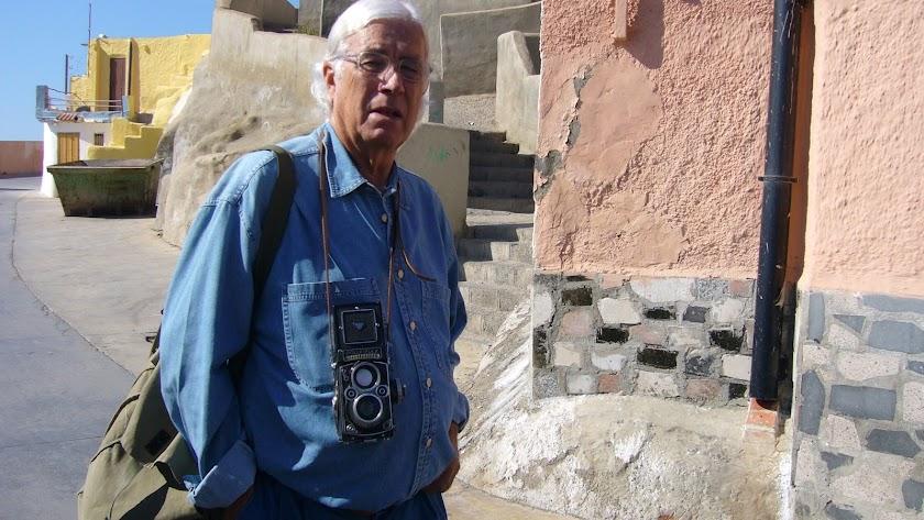 Carlos Pérez Siquier, durante una de sus visitas a La Chanca.