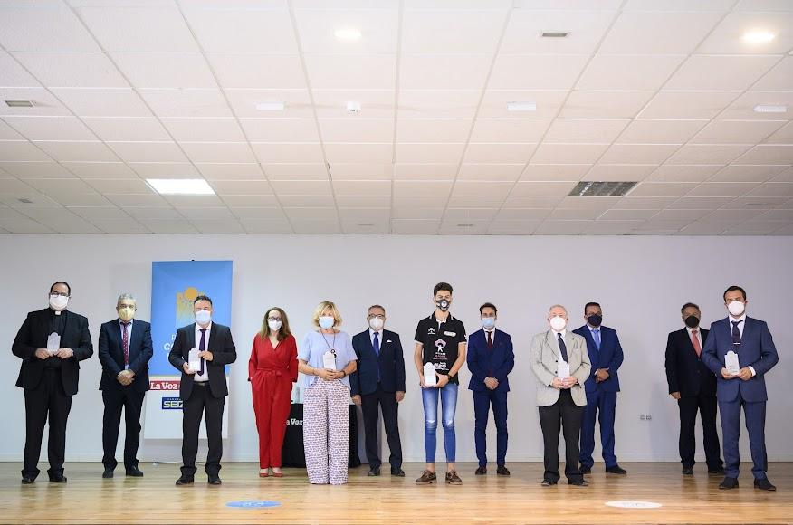 Foto de familia de los premiados y organizadores tras la gala.