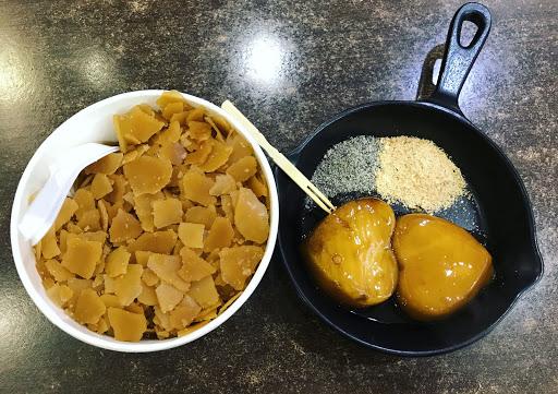 第一次吃黑糖片冰,甜而不膩~可以選4種料,地瓜、蓮子、湯圓、薏仁等都好吃😋 ❤️燒麻糬造型可愛,口味一般般~