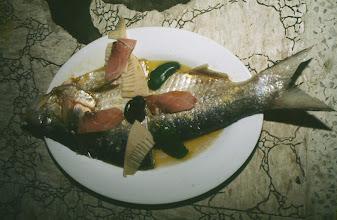 Photo: 11073 鎮江/金山飯店/台所/下ごしらえ/清蒸鰣魚/鰣魚の上に水晶肴肉をのせて蒸したもの。