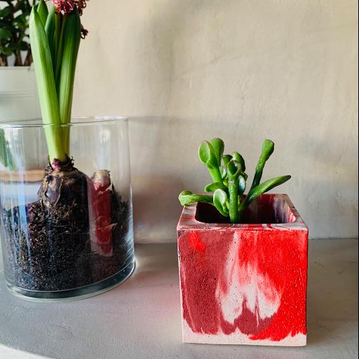 pot en béton rouge réalisé pour the v box du mois de février 2020