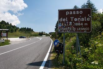 Photo: Mimo wczesnej pory panuje niemiłosierny skwar. Zdobywam przełęcz Tonale dość szybko.
