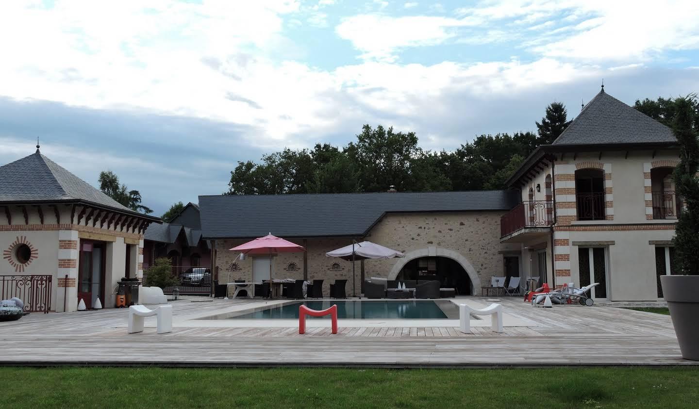 Property with pool and garden Saint-Antoine-du-Rocher