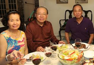 Photo: Chị Hồng Như Quý và phu quân là BS Tự cùng BS Chỉnh.