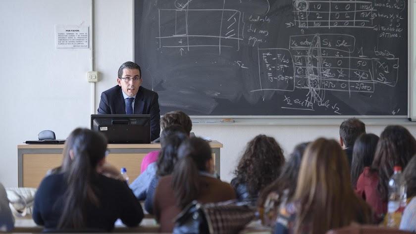 Un docente impartiendo las clases a los alumnos
