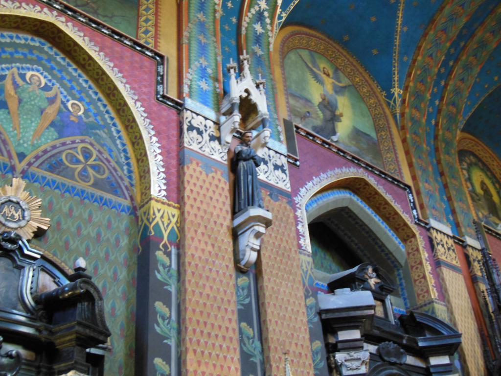 Interior de la basílica de San Francisco en Cracovia.