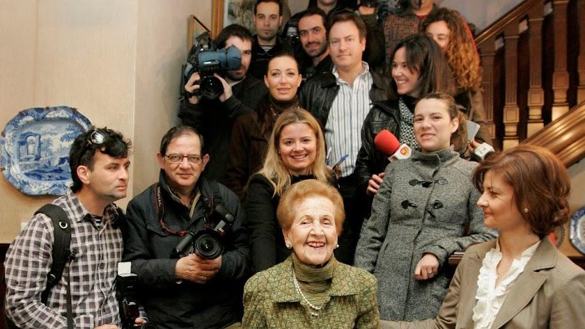 Doña Paquia homenajeada en su casa de la Plaza Circular, que cedió al Ayuntamiento como museo (Foto: Javier Alonso).