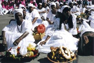 Photo: Grupo de mulheres dos Arturos na abertura oficial da festa no Espaço Popular representando as mucamas que trabalhavam nas fazendas. Elas levam consigo vasilhas com alimentos e outros utensílios.