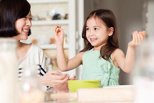 dạy cho trẻ cách nướng bánh