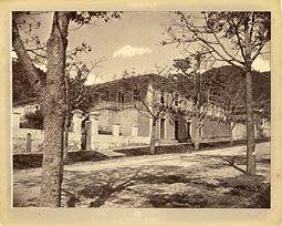 Photo: Antiga casa da Fazenda do Córrego Seco, pertencente a D. Pedro II e que deu origem à cidade. Nesta época, aí funcionava o Hotel Inglês Foi criminosamente demolida para a construção de um arranha-céu. Localizava-se na Rua Marechal Deodoro. Foto de 1865
