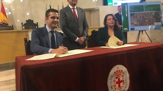 Juanma Moreno, entre el alcalde y la consejera de Agricultura.