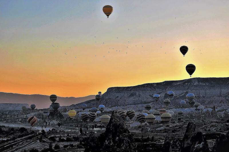 nel buio  le mongolfiere si alzano in volo di luciano55