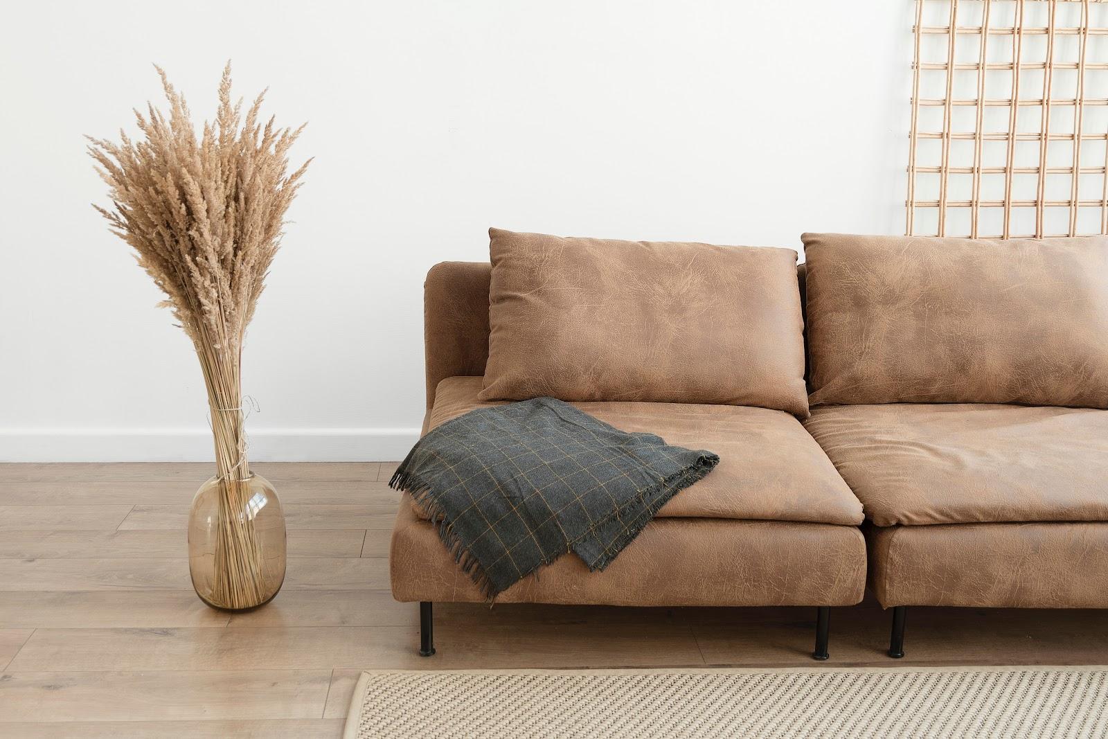 Desain minimalis sangat simple dan hanya membutuhkan furnitur secukupnya - source: unsplash.com