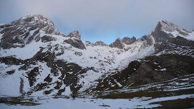 Photo: Subimos por el valle que nos lleva al Corredor Norte, en el centro hacia la derecha