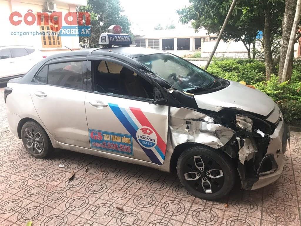 Chiếc xe Huyndai i10 được đối tượng ngụy trang thành xe taxi để vận chuyển ma túy