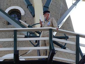 Photo: Jan Bakker de vrijwillig molenaar bekijkt het allemaal vanaf de stelling