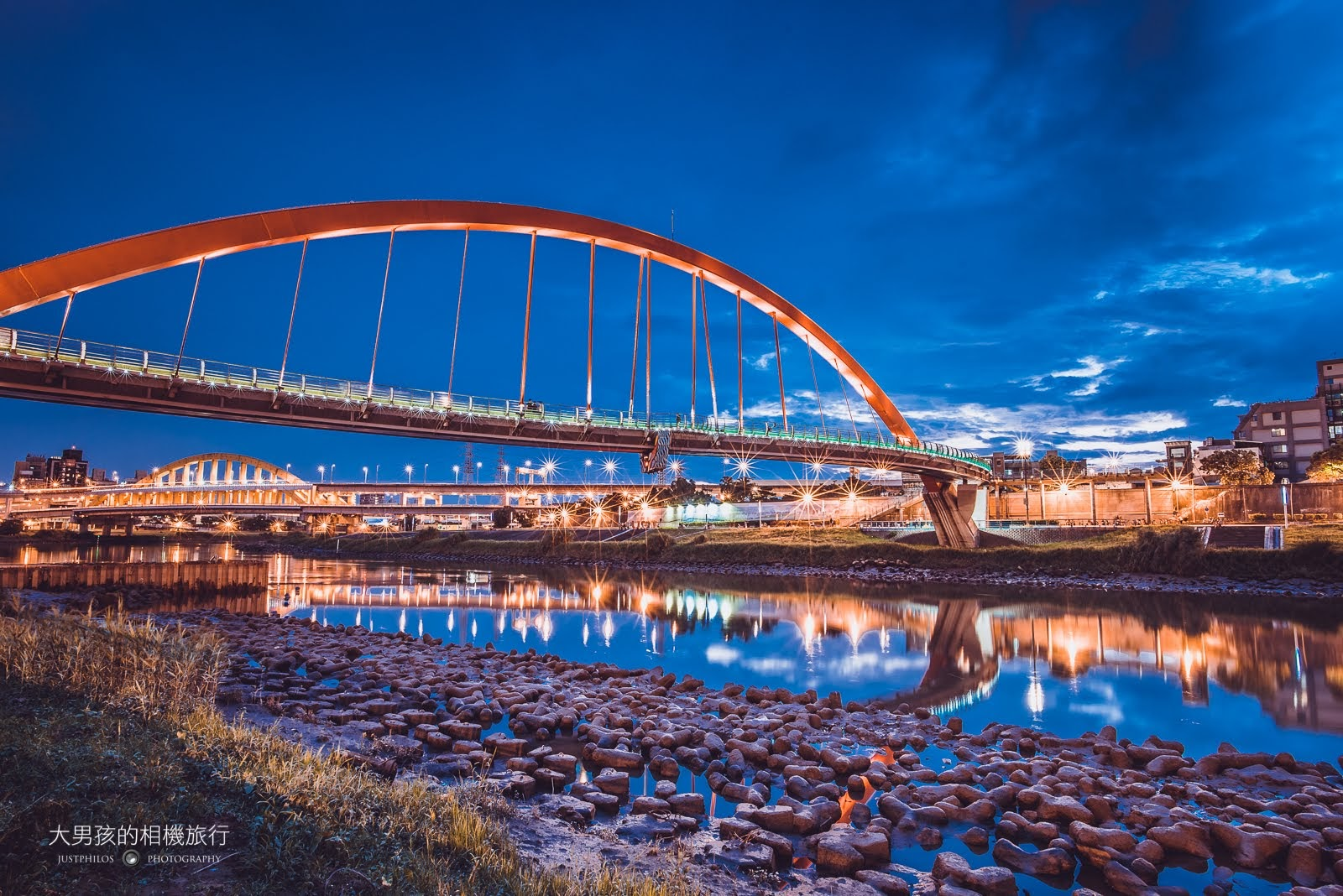 松山彩虹橋是許多情侶喜歡來的熱門夜景景點之一。
