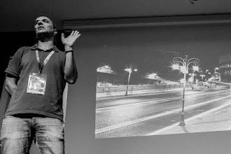Photo: Luis @MartinezLab, consciente de la fragilidad de la memoria, recuerda al público las mejores rutas para volver esa noche a casa, indicando al mismo tiempo cómo debe enseñarse el DNI a la poli, si se da el caso.