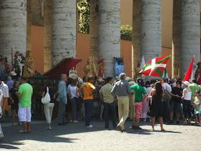 Photo: 35e dag, woensdag 19 augustus 2009 Prima Porta Rome Temp. max.: 38 graden, Wind: - Bft. Windrichting: -. Weerbeeld: zon, warm. Dagafstand 45 Totaal gereden 2293 km . Spaanse pelgrims deie van Assisi naar Rome hebben gelopen.