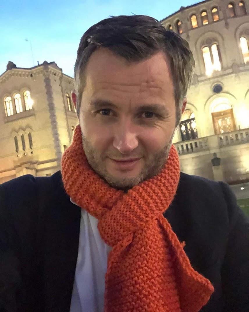 Ordfører med oransje skjerf