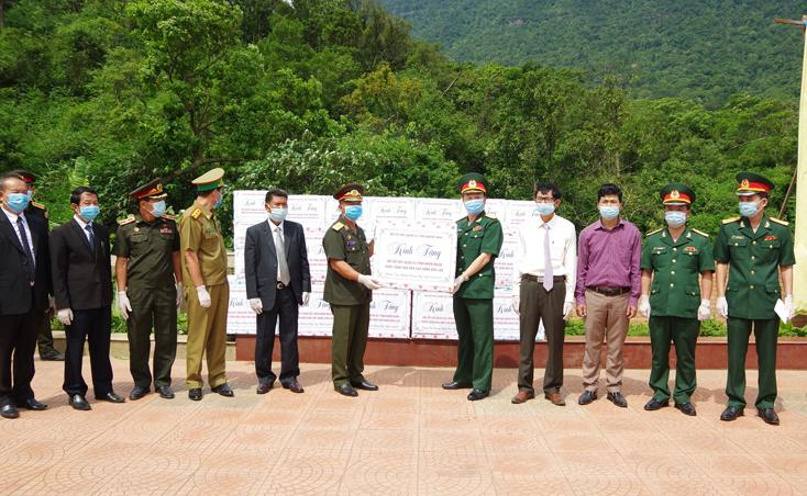 Bộ CHQS Quảng Bình trao tặng vật tư y tế hỗ trợ Bộ CHQS Khăm Muộn phòng, chống dịch Covid-19.