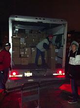 Photo: On décharge le camion vendredi soir à Brébeuf.